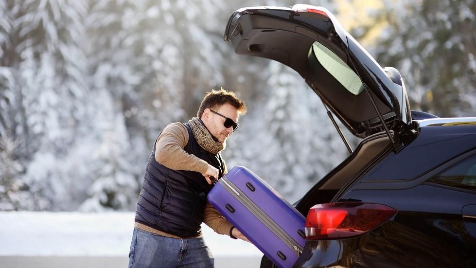 Conducteur chargeant son automobile en hiver