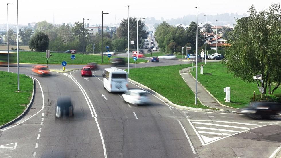 Nombreux usagers de la route approchant d'un carrefour a sens giratoire