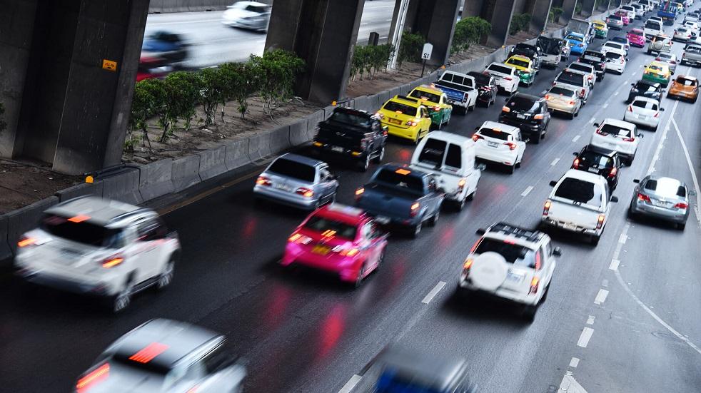 File de vehicules ralentissant sur une voie rapide