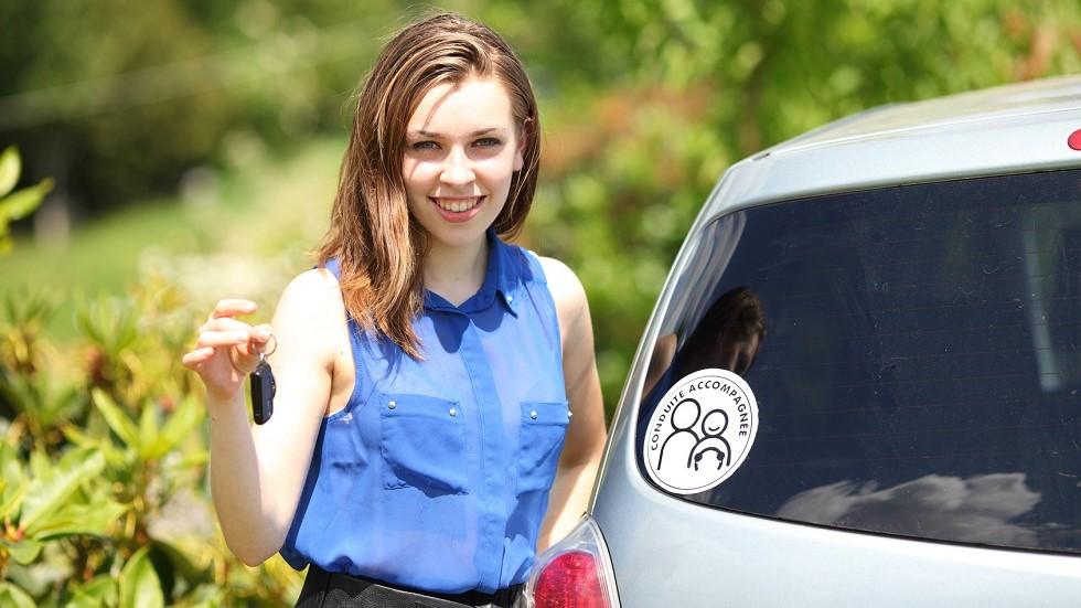 Jeune conductrice et macaron AAC