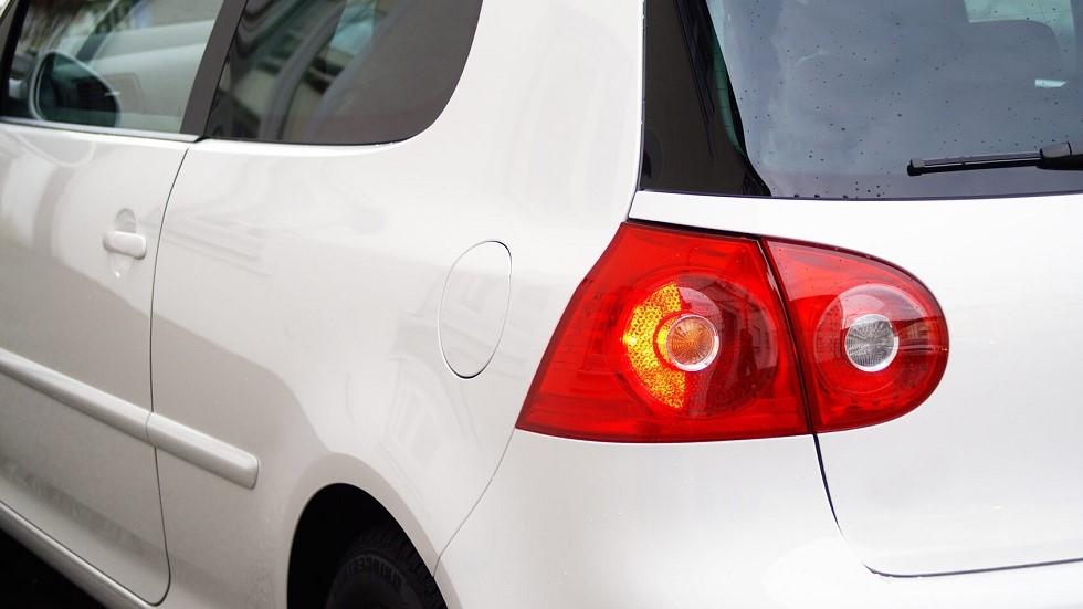 Feu clignotant d'une automobile blanche