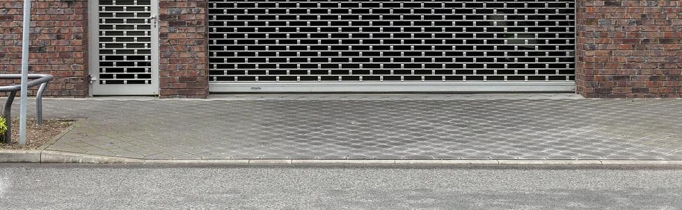 Entrée carrossable devant un portail de garage