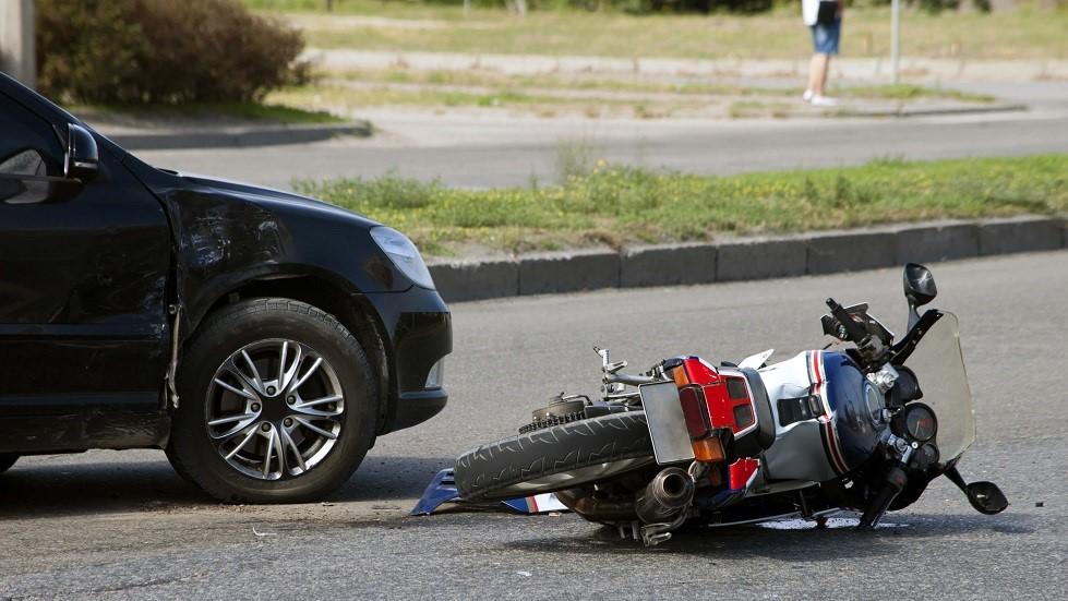 Collision entre une automobile et une moto sur une route