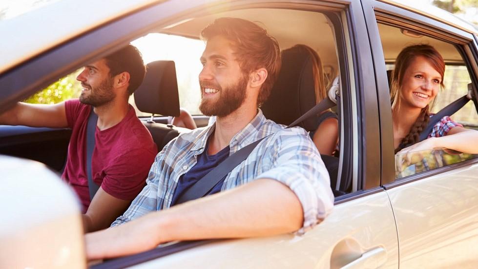 Voiture vehiculant de nombreux passagers