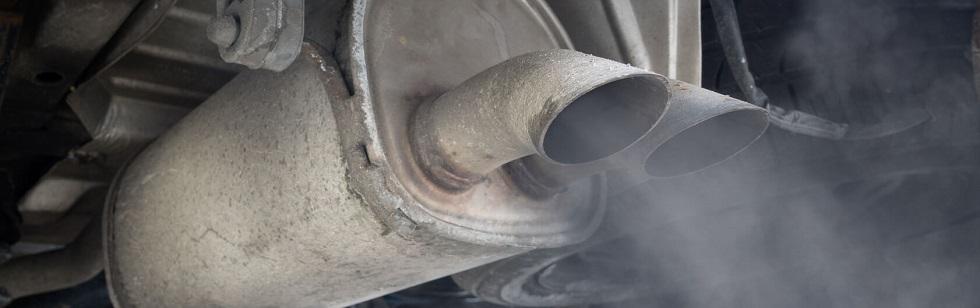 Détail d'un pot d'échappement créant une forte pollution