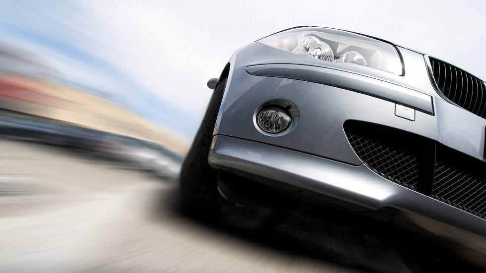Automobile en pleine acceleration