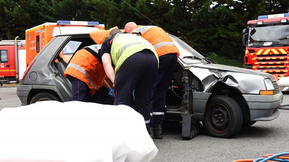 Pompiers intervenant sur un véhicule accidenté