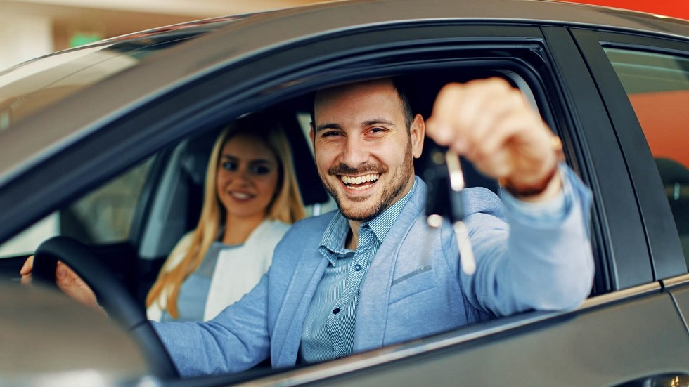 Automobiliste tenant les cles de son vehicule