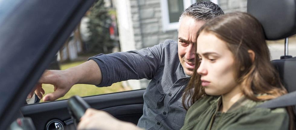 jeune conductrice suivant un cours de conduite