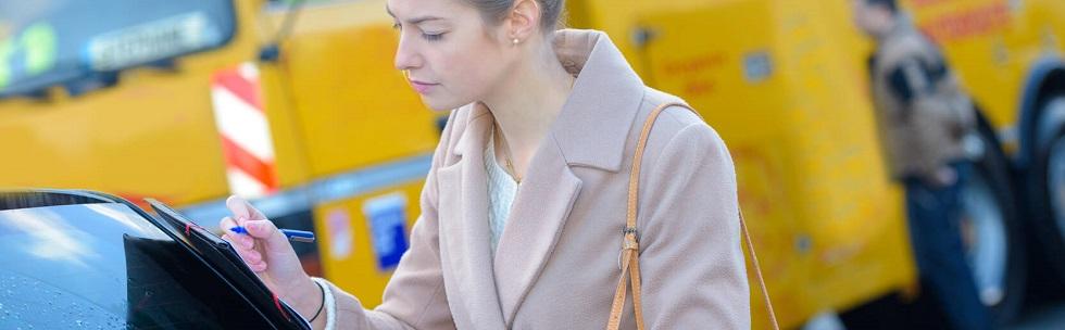 Conductrice remplissant ses documents d'assurance