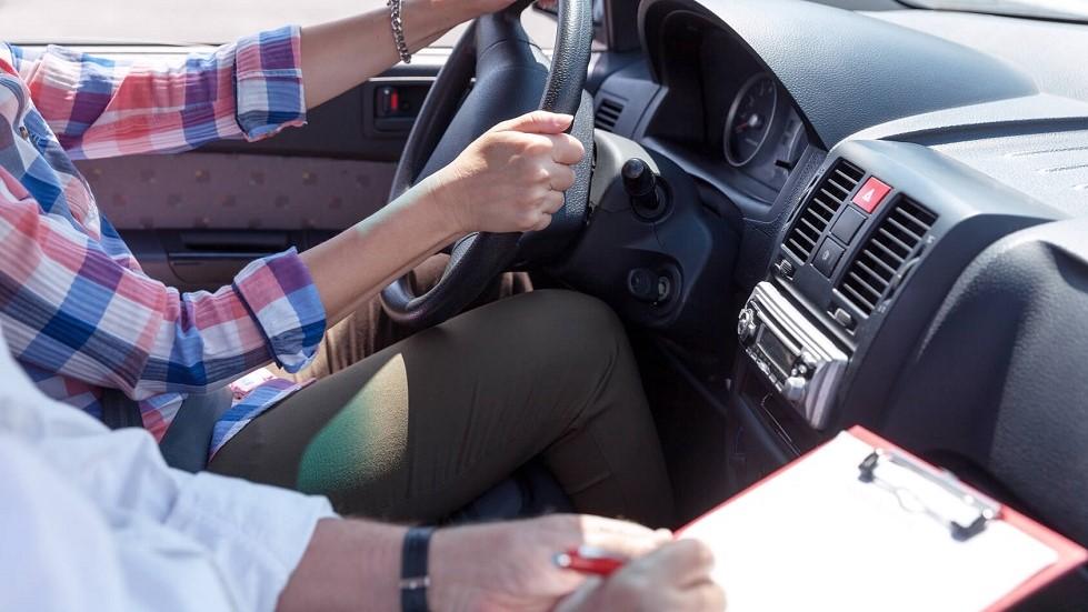 Candidate a l'examen du permis de conduire notee par son inspecteur