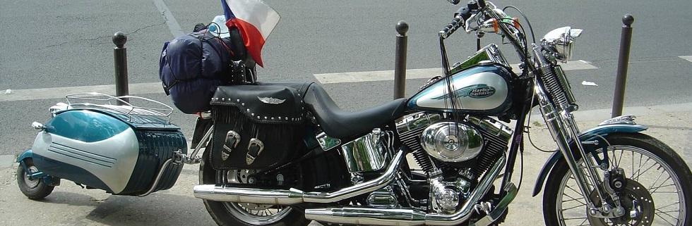 Moto avec une remorque