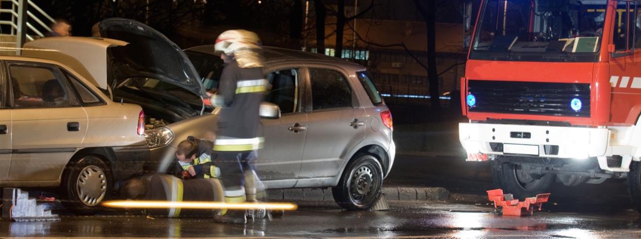 Photographie d'une intervention de pompiers sur un accident de la route.