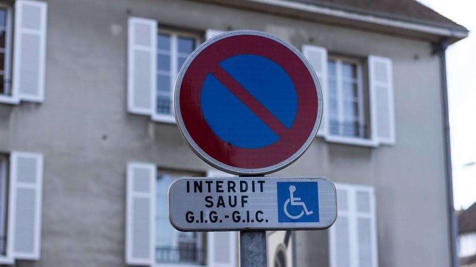 Stationnement interdit sauf usagers handicapes