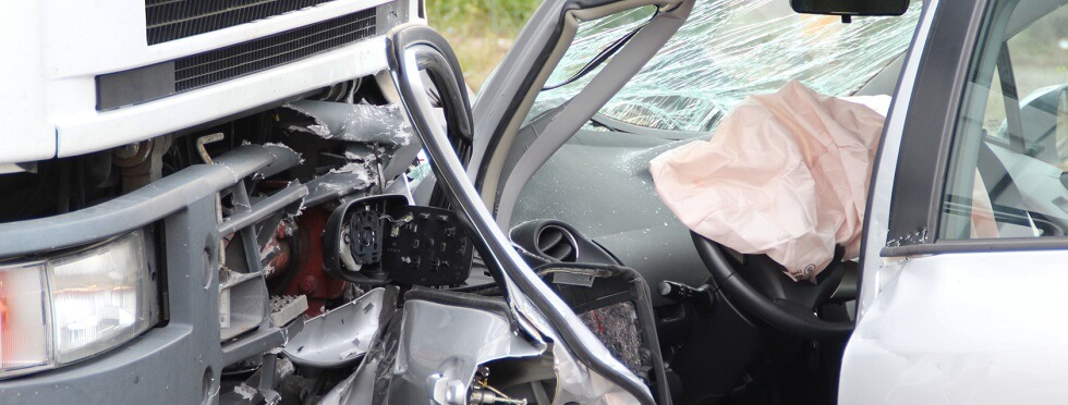 Airbag dans un habitacle de voiture après une collision avec un camion