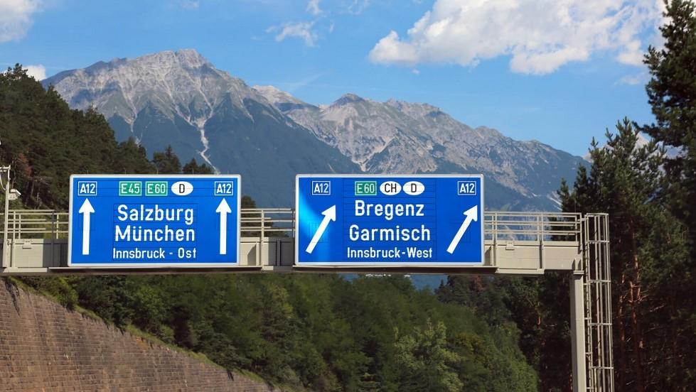 Panneaux d'autoroutes representant des voies europeennes en Allemagne