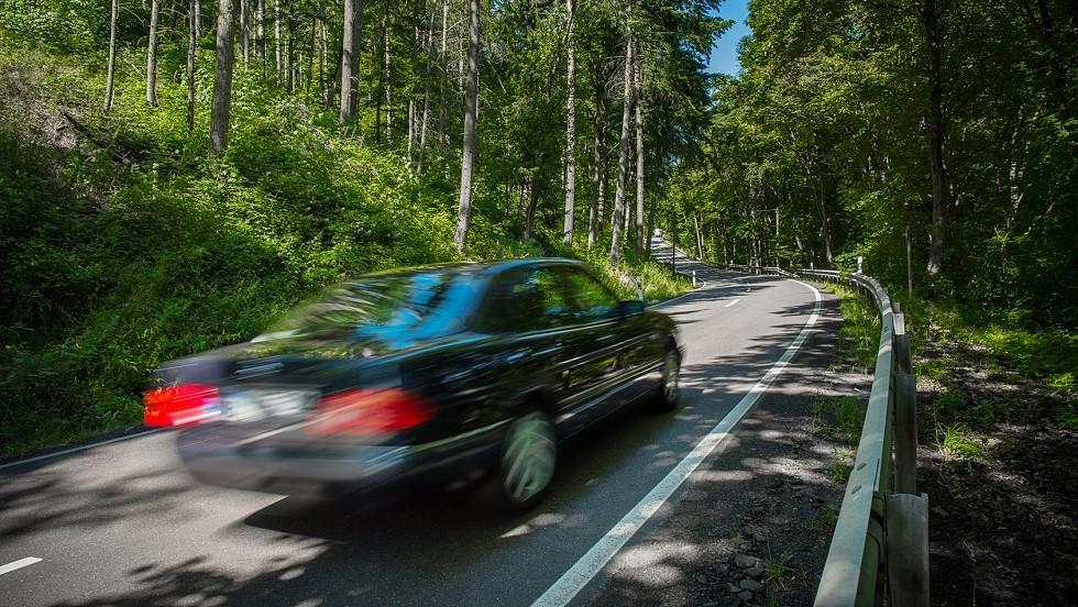 Vehicule circulant rapidement sur une route departementale