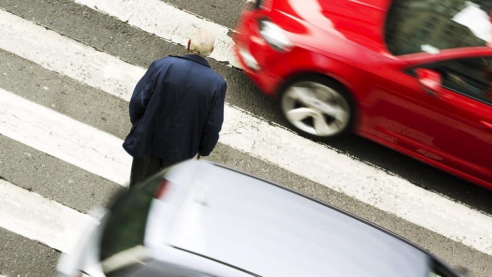 Senior traversant a un passage pieton malgre le danger