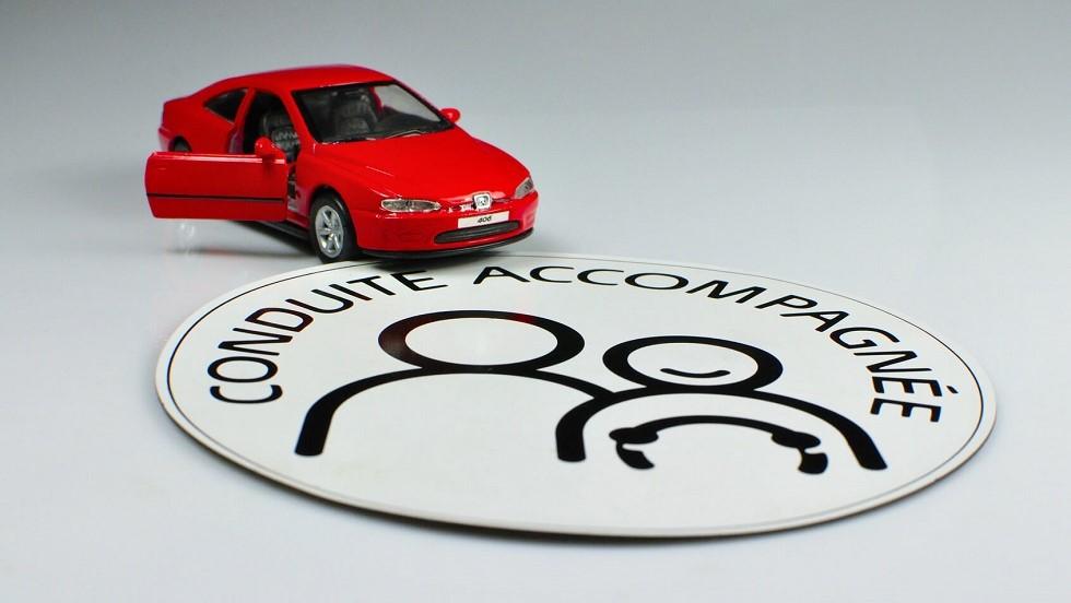 Macaron de conduite accompagnee et voiture miniature