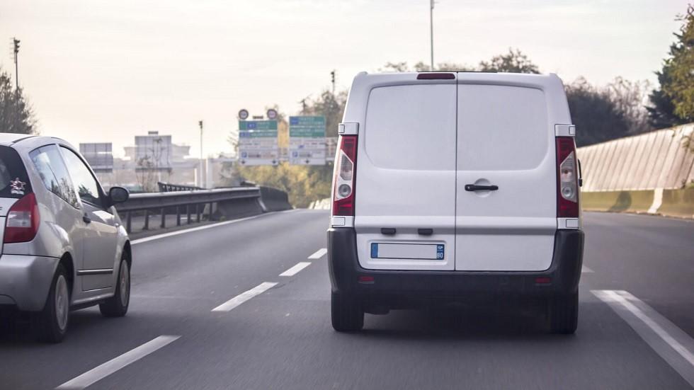 Automobile realisant un depassement sur une camionnette