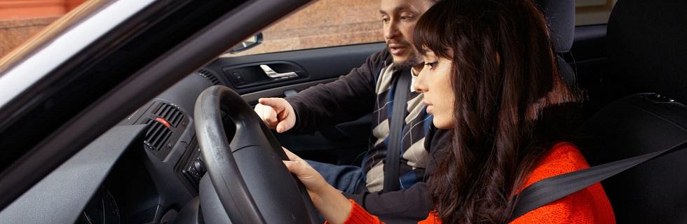Jeune conductrice apprenant la conduite