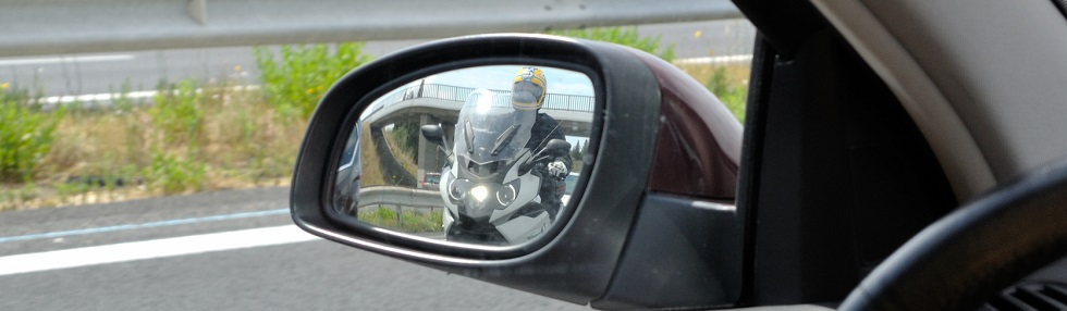 Utilisation des rétroviseurs au cas où une moto nous dépasse