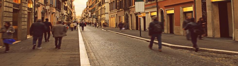 Piétons circulant de nuit sur des trottoirs