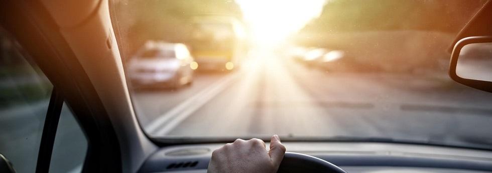 Gène occasionnée par les reflets du soleil sur un pare-brise de voiture