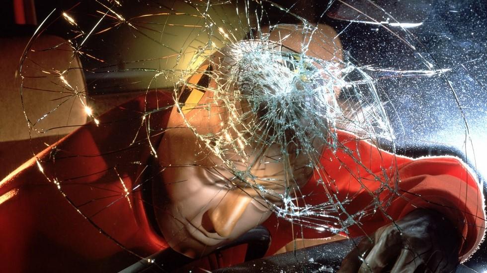 Choc d'un mannequin de crash test contre un pare-brise