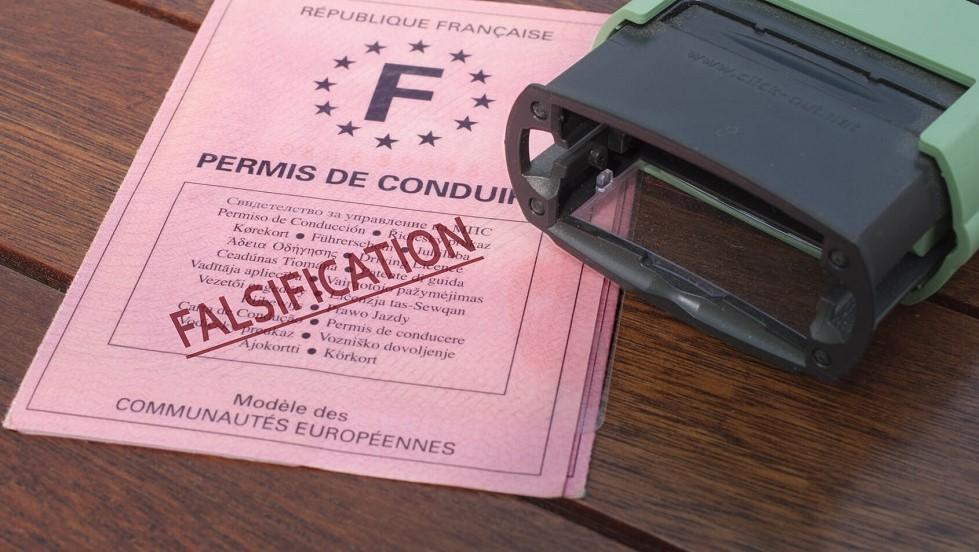 Tampon sur un faux permis de conduire