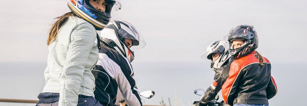 couples d'usagers voyageant à moto
