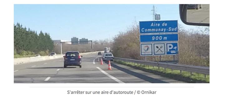 Panneau annonçant une aire d'autoroute