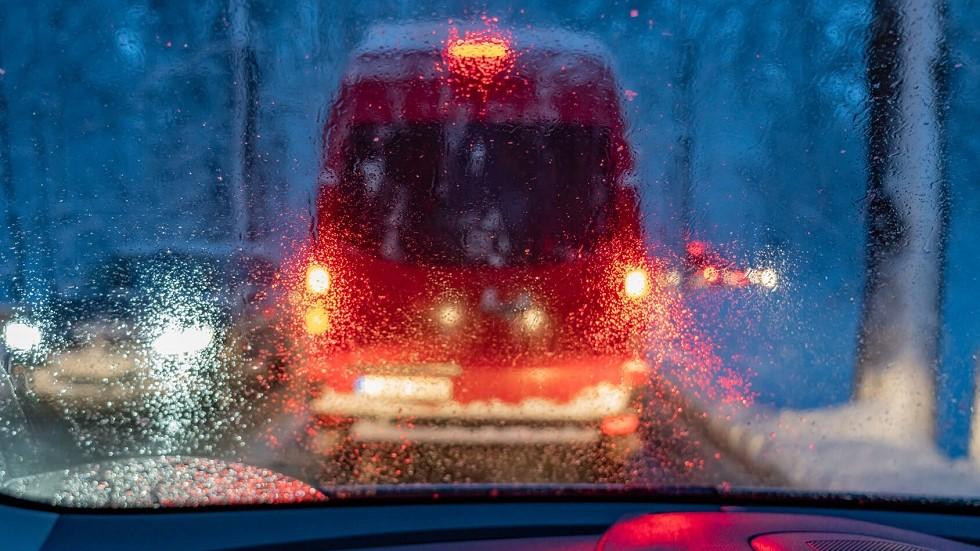 Vehicule devant freiner en urgence sous la pluie