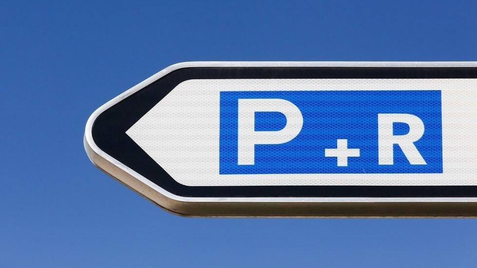 panneau de direction indiquant la presence d'un parc relais