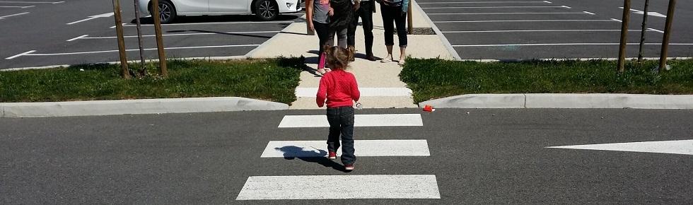 Fillette traversant seule une route