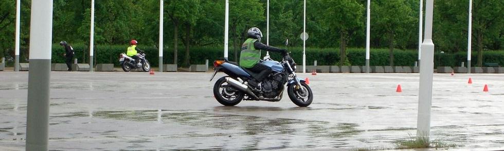 Entraînement au permis moto sous la pluie