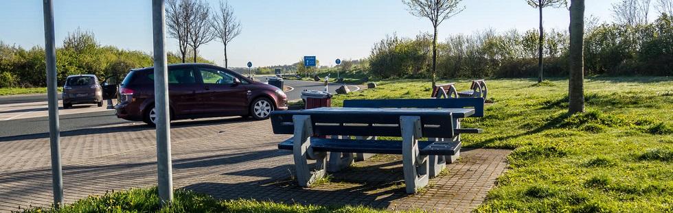 des places de stationnement sur une autoroute
