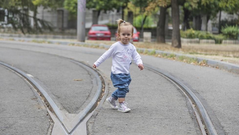 Petite fille traversant seule une route
