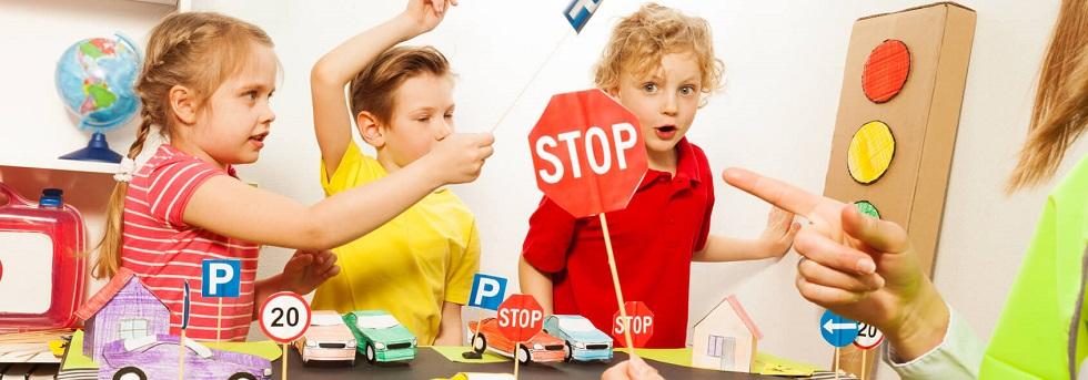 Groupe d'enfant apprenant les règles de la circulation