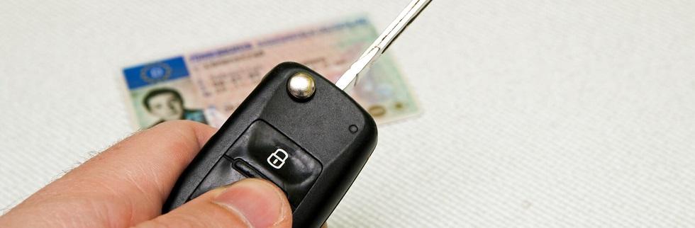Permis de conduire sécurisé caché par un clé de voiture