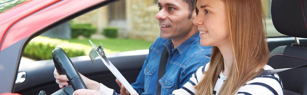 Jeune conductrice suivant une leçon de conduite
