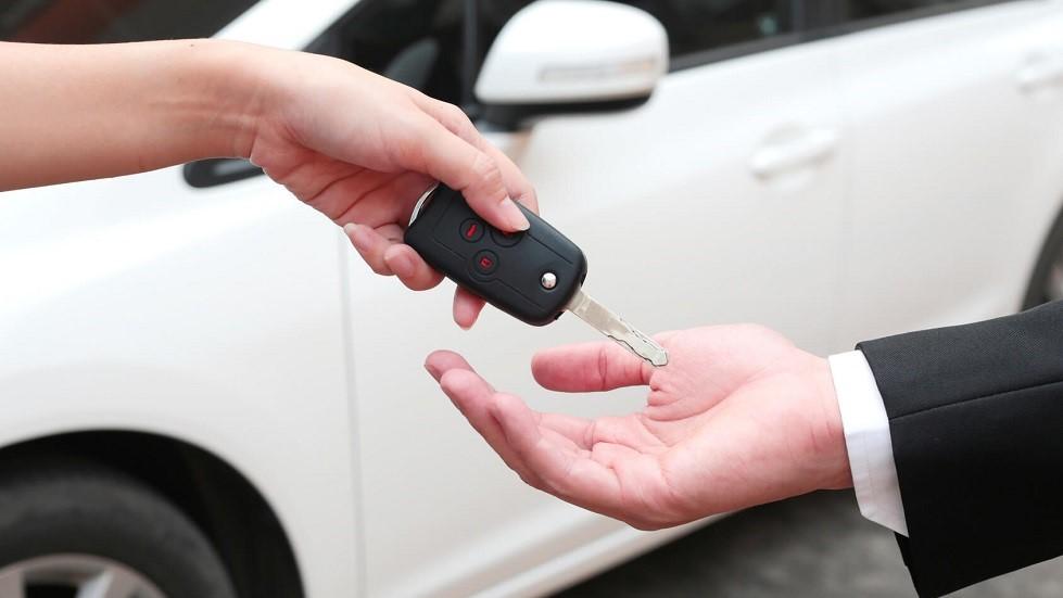 Remise des cles d'une automobile d'occasion blanche
