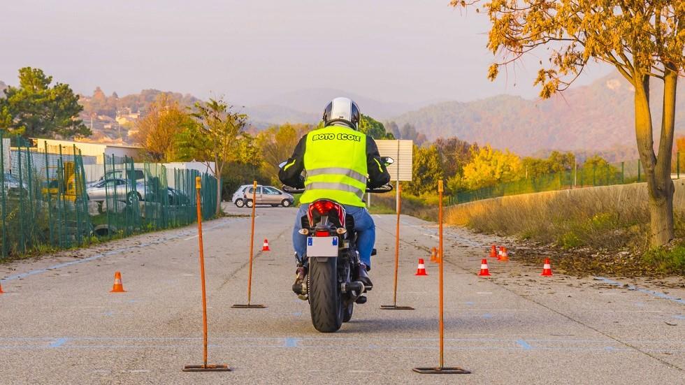Candidat au permis A2 portant un gilet moto ecole