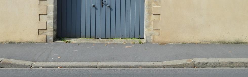Une entrée carrossable devant un portail