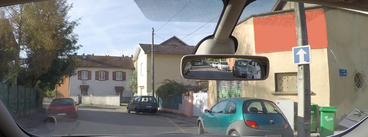 photographie d'une route à sens unique