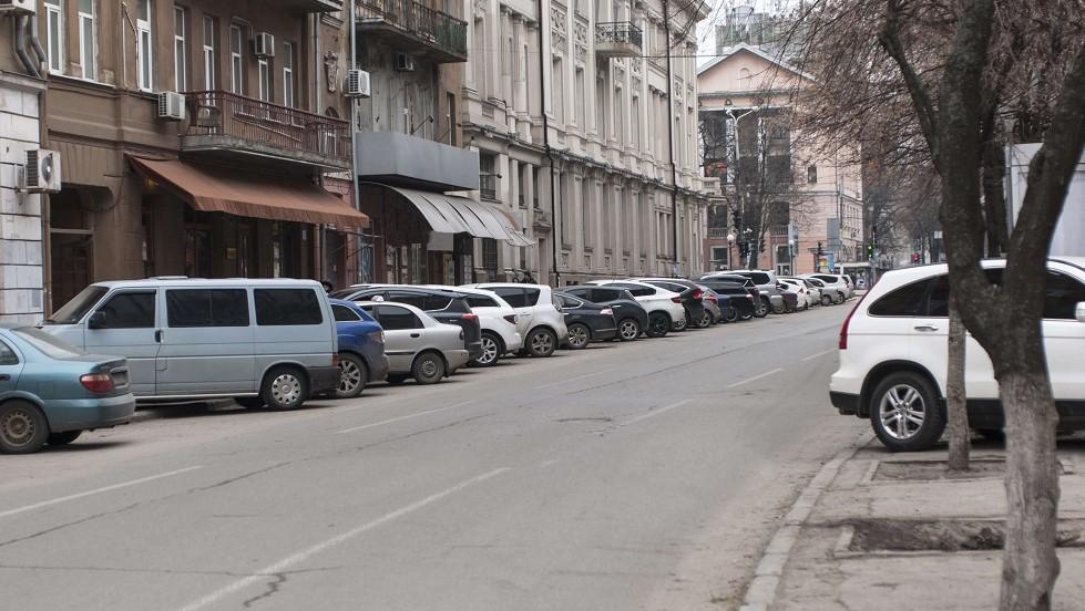 Vehicules stationnant dans une rue a double sens de circulation