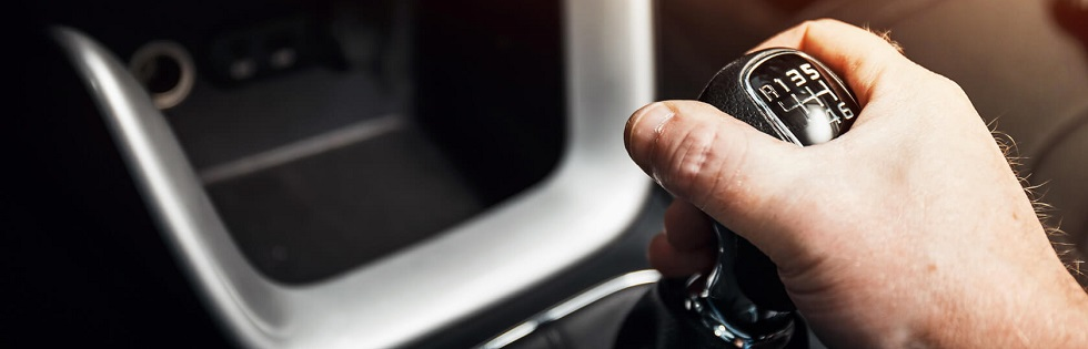 Conducteur passant les vitesses de son véhicule