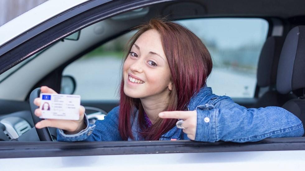 Jeune conductrice presentant son permis de conduire