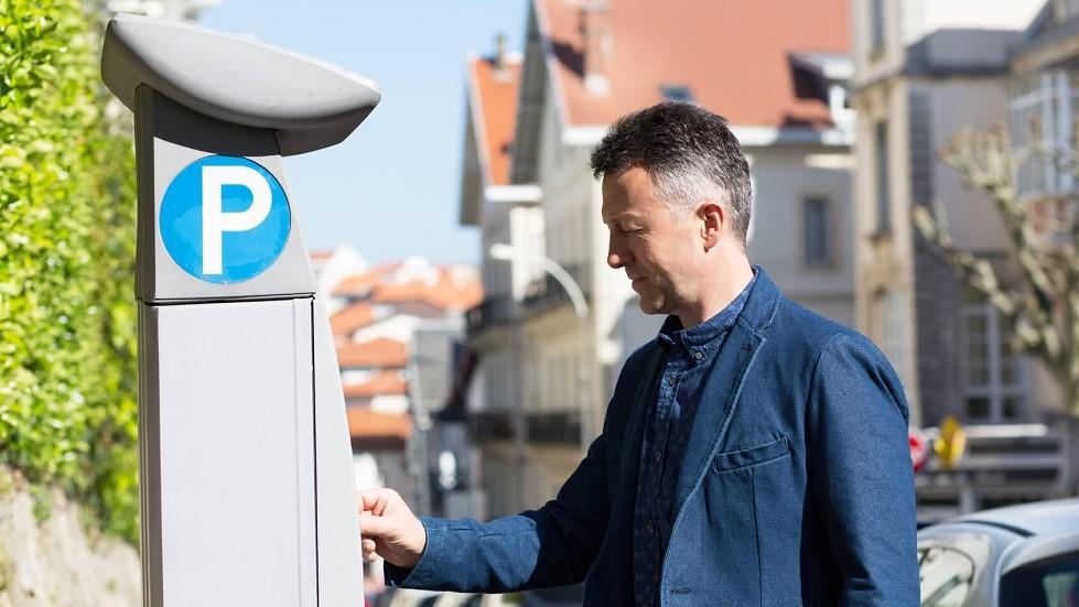 Usager payant pour son stationnement sur un horodateur