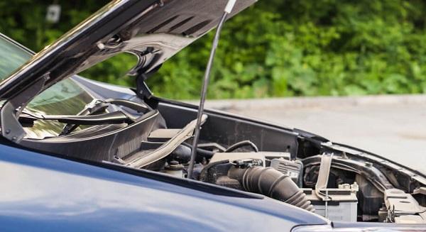 Capot de voiture ouvert
